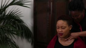 Vídeo da mulher que recebe uma massagem filme