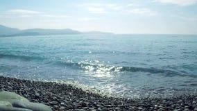 Vídeo da ressaca bonita no mar Mediterrâneo uma das praias as mais elegantes no mundo Riviera francês video estoque