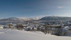 Vídeo da vista geral da ilha da cidade de Tromsoe com tráfego de carro sobre a ponte da ilha do tromsoe, mountai nevado video estoque