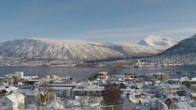 Vídeo da vista geral da ilha da cidade de Tromsoe com tráfego de carro sobre a ponte da ilha do tromsoe, mountai nevado filme