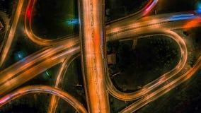 Vídeo de alta velocidad de la noche del abejón aéreo del empalme de camino elevado urbano y paso superior del intercambio en ciud almacen de video