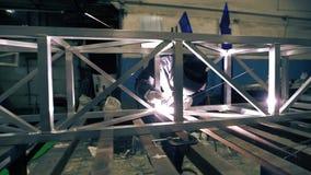 Vídeo de aluminio de soldadura de la construcción del trabajador metrajes