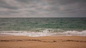 Vídeo de Crimeia, ressaca do mar na costa da praia do Mar Negro no tempo nebuloso video estoque