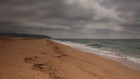 Vídeo de Crimeia, ressaca do mar na costa da praia do Mar Negro no tempo nebuloso vídeos de arquivo