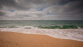 Vídeo de Crimeia, ressaca do mar na costa da praia do Mar Negro no tempo nebuloso filme