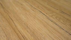Vídeo de filtrado superior de la cámara lenta 4k del suelo moderno de la madera dura El piso acabado se hace de la madera natural almacen de metraje de vídeo
