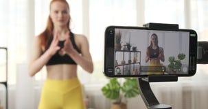 Vídeo de gravação do vlogger da aptidão para a rotina do exercício video estoque