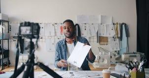 Vídeo de gravação do vlogger masculino do desenhador de moda para o blogue do Internet que mostra esboços filme