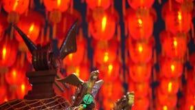Vídeo de HD del ornamento del templo budista de Taiwán delante de mil de fondo rojo chino de las linternas