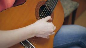 Vídeo de Hd do gutiarist que joga o guitarrista acústico do guitarrista da guitarra acústica que joga a guitarra acústica filme