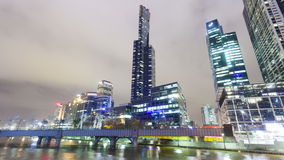 Vídeo de Hyperlapse de los rascacielos en el recinto de Southbank de Melbourne almacen de video