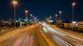 Vídeo de Hyperlapse do tráfego e da arquitetura da cidade da estrada filme