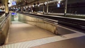 vídeo de 4K UHD de los pasajeros que cruzan las plataformas y las actividades del tren de la estación de Berna almacen de metraje de vídeo
