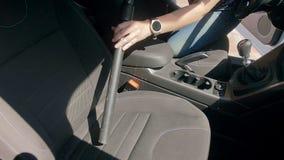 Vídeo de la cámara lenta del conductor femenino que limpia su coche dentro con el aspirador almacen de metraje de vídeo
