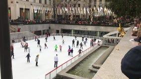 Vídeo de la cámara lenta del patinaje de hielo de las familias en el centro de Rockefeller en Nueva York almacen de video