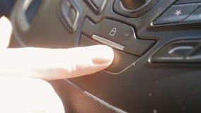 Vídeo de la cámara lenta del primer del conductor que presiona el botón de la emergencia en tablero de instrumentos del coche metrajes