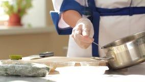 Vídeo de la cocina del restaurante El cocinero vierte el caldo para la ensalada Cámara móvil almacen de video