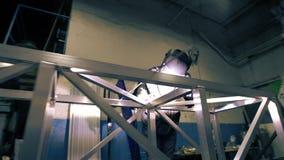 Vídeo de la construcción de aluminio de soldadura del trabajador almacen de video