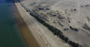 Vídeo de la duna y del océano más grandes de arena Dune du Pilat en Europa, Arcachon, Francia Huellas en la arena, vídeo para el  almacen de video