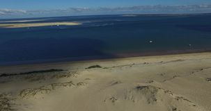 Vídeo de la duna y del océano más grandes de arena Dune du Pilat en Europa, Arcachon, Francia Huellas en la arena, vídeo para el  almacen de metraje de vídeo