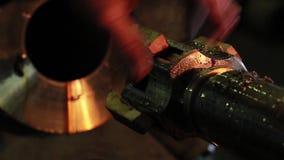 Vídeo de la fábrica El Turner prepara la máquina para el trabajo Fábrica rusa