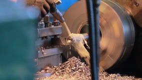 Vídeo de la fábrica Sistema de enfriamiento para el torno El trabajador incluye la fuente del líquido refrigerador