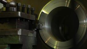Vídeo de la fábrica Torno grande en funcionamiento Antorcha del montaje Fabricación de los cilindros del metal