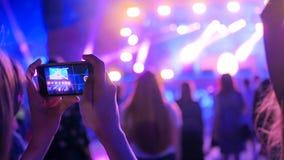 Vídeo de la grabación de la silueta de las manos del concierto de la música en directo con smartphone imagen de archivo libre de regalías