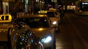 Vídeo de la noche de taxis, de tranvías, de coches, del ciclista y de la gente en Rosenthaler Strasse, Berlín, Alemania metrajes