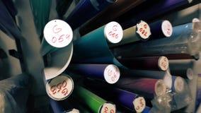 Vídeo de la película de color en rollos en estantes metrajes