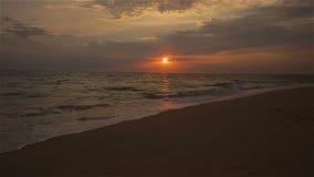 Vídeo de la playa de la puesta del sol de ondas a lo largo de la arena en el fron de Océano Atlántico metrajes