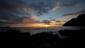 Vídeo de la salida del sol en playa de u de Makapu ' metrajes