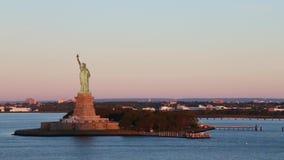 Vídeo de la toma panorámica de la estatua de la libertad almacen de video
