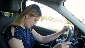 Vídeo de movimento lento da jovem mulher cansado que obtém sonolento e da queda adormecida ao conduzir um carro video estoque