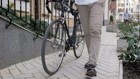 Vídeo de movimento lento do homem novo que anda com a bicicleta preta do esporte do vintage video estoque