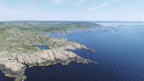 Vídeo de Noruega del sur, en verano Tiro aéreo Costa de mar rocosa y cielo azul almacen de video