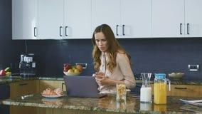 Vídeo de observação da mulher de negócio no computador Café bebendo concentrado da mulher filme
