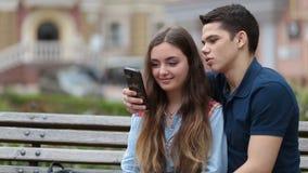 Vídeo de observación de los pares románticos en smartphone almacen de metraje de vídeo