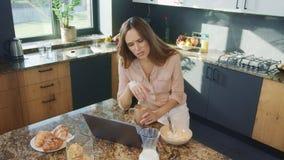 Vídeo de observación de la empresaria en cocina de lujo Mujer de arriba hacia abajo que consigue malas noticias
