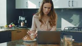 Vídeo de observación de la mujer de negocios en cocina grande Mujer que consigue noticias chocadas