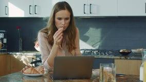 Vídeo de observación de la mujer de negocios en cocina de lujo Mujer que consigue malas noticias