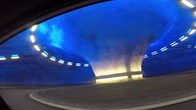 Vídeo de registración del coche que pasa a través del túnel con el cruce giratorio en Noruega metrajes