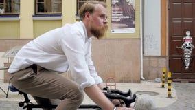 Vídeo de Steadicam do homem novo que comuta para trabalhar na bicicleta velha filme