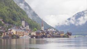 Vídeo de time lapse del pueblo de Hallstatt en las montañas austríacas almacen de video