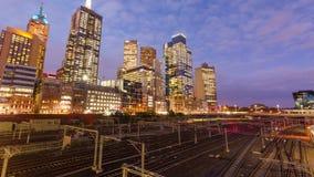 Vídeo de Timelapes de edificios ferroviarios y modernos en una ciudad almacen de metraje de vídeo