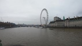 Vídeo de Timelapse de barcos y del río Támesis en Londres central en el embarcadero de London Eye almacen de video