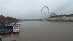 Vídeo de Timelapse de barcos y del río Támesis en Londres central en el embarcadero de London Eye almacen de metraje de vídeo