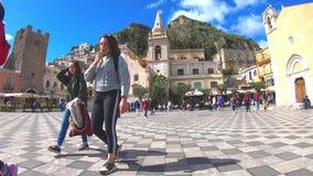Vídeo de Timelapse con los turistas en el centro de Taormina, Sicilia, Italia