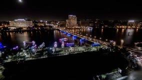 Vídeo de Timelapse das mostras Nile River do Cairo, de Egito, da ponte elnile de Qasr e do tráfego dos carros e dos barcos vídeos de arquivo