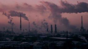 Vídeo de Timelapse de la contaminación atmosférica de la refinería de petróleo en la puesta del sol metrajes